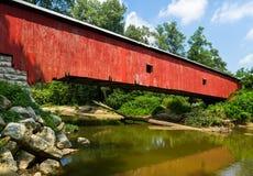 印第安纳红色被遮盖的桥 库存照片