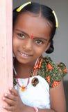 印第安语的女孩少许微笑的村庄 免版税库存照片