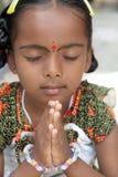 印第安语的女孩祈祷的一点 库存图片