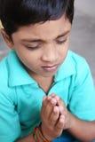 印第安语的男孩祈祷的一点 库存图片
