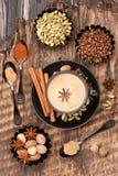 印第安masala茶用香料 奶茶和辣 库存照片