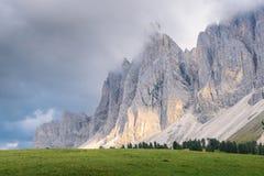 印象深刻的山形成` Tre Cime di Lavaredo ` `三峰顶`/`大高峰`在早晨光的2999 m,意大利,如此 免版税图库摄影