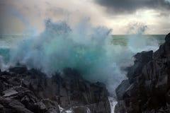 印象深刻的死的膨胀和危险礁石在太平洋 免版税图库摄影