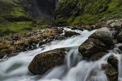 印象深刻的瀑布在一个绿色环境里 免版税库存图片