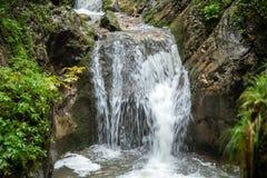 印象深刻的瀑布在一道峡谷在奥地利 免版税库存图片