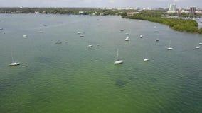 印象深刻的4k在休息在热带海景的镇静蓝色港口海湾水中的小游艇汽船的寄生虫空中飞行 股票视频