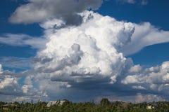 印象深刻的skyscape 西伯利亚村庄 库存图片