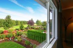 印象深刻的后院风景设计 免版税库存图片