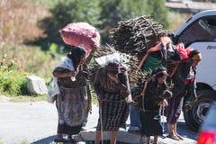 危地马拉运输供应的妇女和女孩 免版税图库摄影