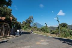 危地马拉- 2017年11月10日:乡区在途中的危地马拉对帕卡亚火山火山 图库摄影