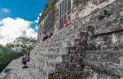 危地马拉- 2017年11月7日:人们坐金字塔和寺庙在蒂卡尔公园 观光的对象在危地马拉和5月 库存照片