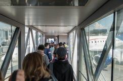 危地马拉- 2017年11月22日:危地马拉国际机场La极光内部  上AeroMexico飞机的人们 图库摄影