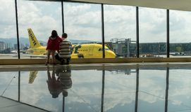 危地马拉- 2017年11月22日:危地马拉国际机场La极光内部  精神航空公司飞机 a319空中巴士 家庭 免版税库存图片