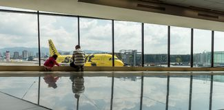 危地马拉- 2017年11月22日:危地马拉国际机场La极光内部  精神航空公司飞机 a319空中巴士 库存照片