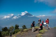 危地马拉- 2017年11月10日:在帕卡亚火山火山观点顶部的游人 库存照片