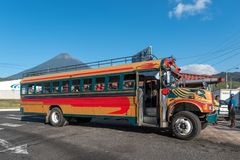 危地马拉- 2017年11月10日:在路的鸡公共汽车有人的 危地马拉公共交通工具 免版税库存图片