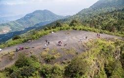 危地马拉- 2017年11月10日:帕卡亚火山火山的游人在危地马拉,风景在背景中 库存照片