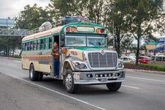 危地马拉- 2017年11月11日:有交通的危地马拉城街 公共交通工具每日看法,象五颜六色的鸡公共汽车,出租汽车 免版税库存图片