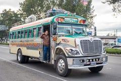 危地马拉- 2017年11月11日:有交通的危地马拉城街 公共交通工具每日看法,象五颜六色的鸡公共汽车,出租汽车 免版税图库摄影