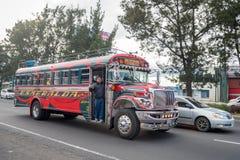 危地马拉- 2017年11月11日:有交通的危地马拉城街 公共交通工具每日看法,象五颜六色的鸡公共汽车,出租汽车 库存照片