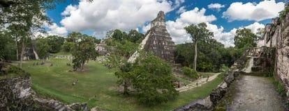 危地马拉- 2017年11月17日:金字塔和寺庙在蒂卡尔公园 观光的对象在危地马拉和玛雅寺庙和Ceremo 库存图片