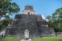 危地马拉- 2017年11月17日:金字塔和寺庙在蒂卡尔公园 观光的对象在危地马拉和玛雅寺庙和Ceremo 免版税库存照片