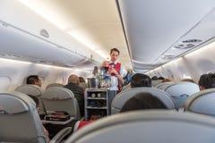 危地马拉- 2017年11月22日:AeroMexico飞机、客舱乘员组工作和Provinding食物 库存照片