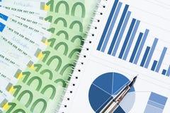 危机与五颜六色的图和欧元的报告概念 免版税图库摄影