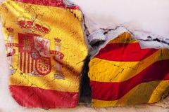 危机关系的标志在国家之间的 与西班牙和卡塔龙尼亚的旗子的方形的日志木头 库存图片