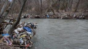危机生态学环境照片污染 塑料袋、漂浮在被污染的河的瓶、垃圾和垃圾 垃圾和废物在水中 重的Co 影视素材