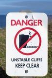 危险不稳定的峭壁保留清楚的标志 库存图片