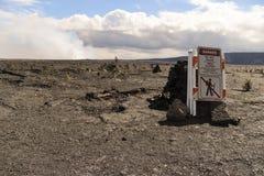 危险不进入区域接近的标志,与破火山口的Kilauea火山口在背景中 免版税库存图片