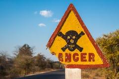 危险与骷髅图的路标 免版税库存图片