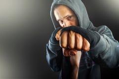 年轻危险人特写镜头的拳头 免版税库存图片