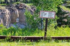 危险保持远离在足迹标志的边缘逗留 库存图片