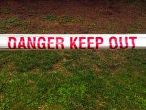 危险保留外的磁带标志 免版税库存照片