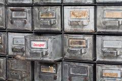 危险信息概念图象 被打开的箱子档案存贮,档案橱柜内部 有索引卡片的金属箱子 免版税库存图片