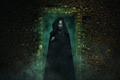 危险吸血鬼在地下墓穴 图库摄影