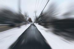 危险和快速地启用在冰冷的雪路 库存图片