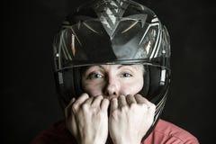 危险和肾上腺素是我的名字-一名妇女的画象摩托车盔甲的 免版税库存照片