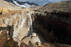 危险峡谷,在河Vulkannaya的瀑布 穆特洛夫斯基火山火山 堪察加 免版税图库摄影