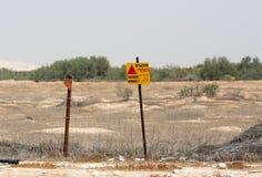 危险开采标志在以色列叙利亚边界 以色列, 2016年4月 储蓄图象照片例证 免版税库存图片