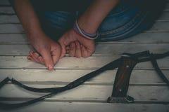 危险攻击概念:恐怖分子罪犯绑架少妇h 免版税库存照片