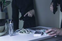 危险武装的强盗 免版税库存照片