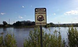 危险没有游泳河标志 免版税图库摄影