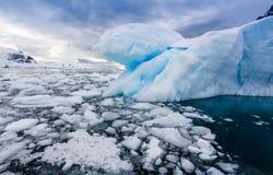 危险浮冰块聚集在港口 免版税库存照片
