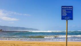 危险海滩标志 库存照片