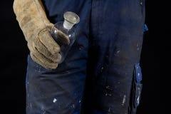 危险物料和酸 在手套保留的酸瓶由a.c. 库存图片