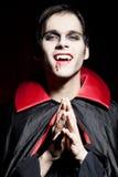 危险男性微笑吸血鬼 免版税库存图片