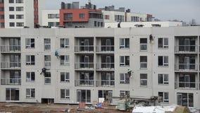 危险的建造场所工作 深堑侧壁在绳索的绝缘材料吊 股票录像
